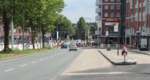 Ab Freitag wird die Konrad-Adenauer-Straße auch auf den beiden Fahrspuren stadteinwärts eine neue Straßendecke aus lärmoptimiertem Asphalt bekommen. (Archivfoto: © B. Glumm)