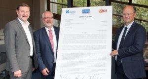 Unterzeichneten am Freitag eine Absichtserklärung zur Kooperation: v.li. Oberbürgermeister Tim Kurzbach für die Stadt Solingen, ZDS-Vorsitzender Andreas Coppenrath und Prof. Dr. Hans-Hennig von Grünberg, Präsident der Hochschule Niederrhein. (Foto: © Bastian Glumm)