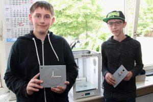 Florian Reinholz (14, li.) und David Conrad (15) besuchen die Alexander-Coppel-Gesamtschule. Die beiden Schüler haben in der vergangenen Woche ihre eigenen Produktideen umsetzen können. (Foto: © B. Glumm)