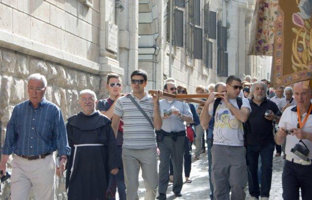 Der Kreuzweg mit seinen 14 Stationen entlang der Via Dolorosa beginnt in Jerusalem unweit des Löwentors. Jeden Tag gehen diesen Weg unzählige Pilger, um der Leidensgeschichte Christi zu gedenken. (Foto: © Bastian Glumm)