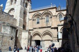 """Der Eingang zur Grabeskirche. Die beiden Portale sind aus der Zeit der Kreuzfahrer und entstanden im 12. Jahrhundert. Sultan Saladin mauerte das rechte Tor zu, nachdem er Stadt und Kirche für den Islam zurückeroberte. Rechts davon führt die """"Frankentreppe"""" hinauf zu einer Kapelle. (Foto: © Bastian Glumm)"""