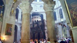 Das Heilige Grab ist der zentrale Ort der Grabeskirche in Jerusalem. Es befindet sich in der Rotunde und ist leer. Wer nach oben schaut,…