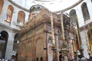 """Das Heilige Grab beherbergt einen leeren Marmorsarkophag. Bei mehreren Erdbeben wurde die Konstruktion schwer beschädigt, so dass sie seit 1947 von Stahlträgern gestützt werden musste. Im vergangenen Jahr wurde die """"Aedicula"""" komplett restauriert. (Foto: © Bastian Glumm)"""
