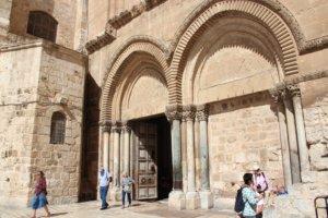 Das wuchtige Hauptportal der Grabeskirche wird seit Jahrhunderten von ein- und derselben muslimischen Familie frühmorgens auf- und abends wieder zugeschlossen. Direkt dahinter…