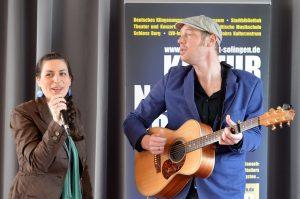 Das Duo Me & Mr B. (Eva Möller und Holger Brinkmann) sorgte für einen sehr harmonischen musikalischen Auftakt bei der Pressekonferenz. Eines der Stücke zum Abschluss war Cohens berühmtes Hallelujah. (Foto: © Martina Hörle)