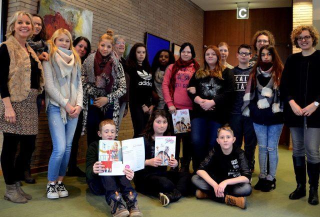 Die zwölf KulturScouts haben gleich einen kleinen Theaterworkshop mit Regisseur Christoph Stec vom SpinaTheater. (vorne links Bettina Matz-Behrendt, rechts Sandra Brauer, hinten zweite von links Manuela Hoor, rechts daneben Anke Abel, zweiter von rechts. (Foto: © M. Hörle)