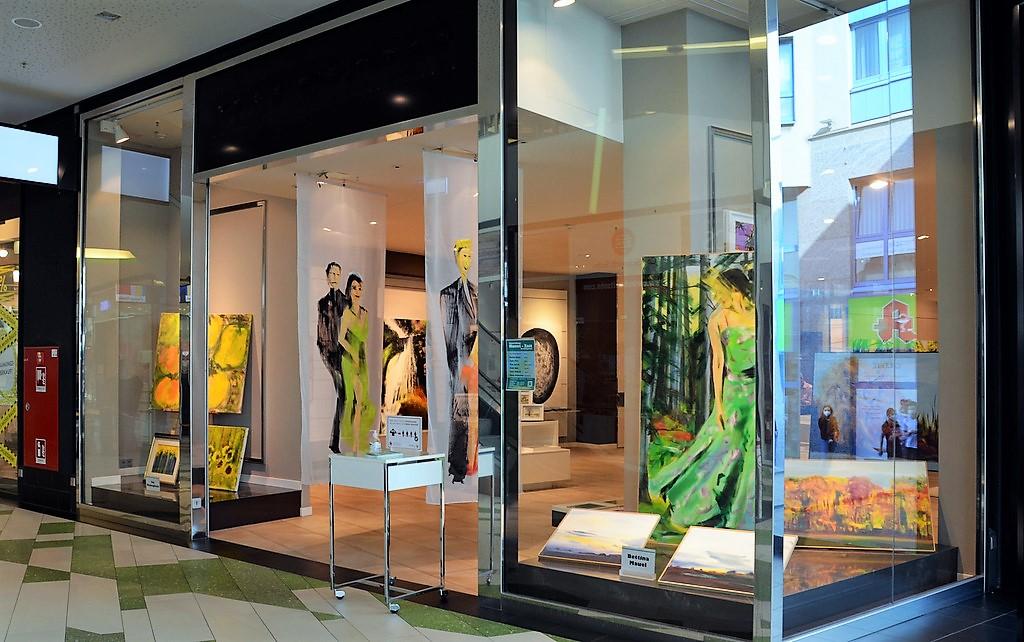 Im linken Schaufenster sind Werke der Künstlerin Ima Mameghani zu bewundern. Auf der rechten Seite zeigt Bettina Mauel einen kleinen Ausschnitt ihrer Arbeiten. (Foto: © Martina Hörle)