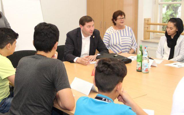 Oberbürgermeister Tim Kurzbach besuchte am Dienstagvormittag den Sommer-Sprachkurs für junge Flüchtlinge, der vom Stadtdienst Integration angeboten wird. (Foto: © B. Glumm)