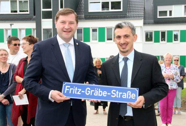 Oberbürgermeister Tim Kurzbach (li.) und Francesco Cinquegrani, Vorstandsvorsitzender des Gräfrather Bauvereins, weihten am Donnerstag offiziell die Fritz-Gräbe-Straße ein. (Foto: © B. Glumm)