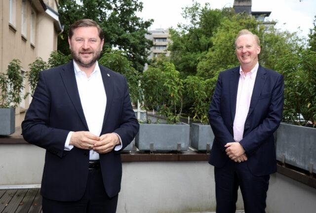 Oberbürgermeister Tim Kurzbach (li.) mit Dr. Martin Eversmeyer, Geschäftsführer des Solinger Klinikums. (Foto: © Bastian Glumm)