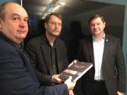 Autor Armin Schulte (li.) und Ralf Rogge vom Solinger Stadtarchiv überreichten jetzt den 330 Seiten umfassenden Band an Oberbürgermeister Tim Kurzbach. (Foto: © Stadt Solingen)