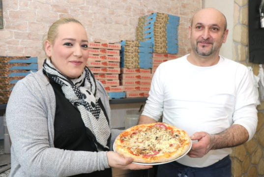 "Sind stolz auf die Pizza im ""La Piccola Italia"": Loredana Cerchione und Rocco Citera. (Foto: © Bastian Glumm)"