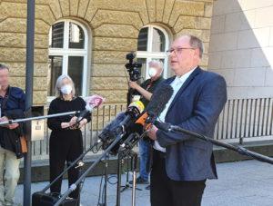 Staatsanwalt Heribert Kaune-Gebhardt beantwortete vor Prozessbeginn die Fragen der zahlreich vertretenen Medien. (Foto: © Bastian Glumm)