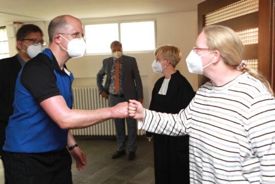 Dr. Thomas Latzel begrüßt Musikerin Uta Heidemann, die gemeinsam mit Pfarrerin Astrid Klumb das Projekt Zwischenstation trägt. (Foto: © Uli Preuss/Kplus Gruppe)