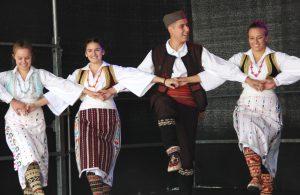 """Musik und Tanz wurde auf fden beiden Bühnen gezeigt. Hier zeigte die Gruppe """"Borac"""" serbische Tänze. (Foto: © B. Glumm)"""