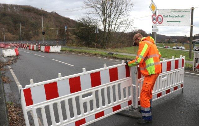 Bevor die Behelfsbrücke in Betrieb genommen werden konnte, musste die marode Wupperbrücke, über die der Verkehr seit August 2017 einspurig geführt wurde, komplett gesperrt werden. (Archivfoto: © Bastian Glumm)