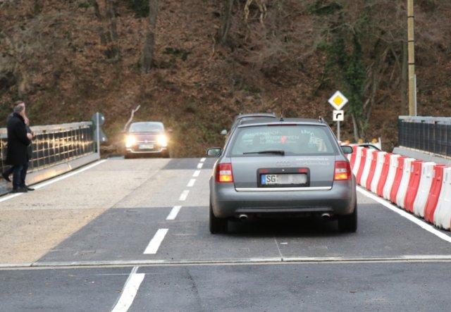 Seit Mittwochnachmittag rollt der Verkehr zweispurig über die jetzt eröffnete Behelfsbrücke über die Wupper zwischen Solingen und Leichlingen. (Foto: © Bastian Glumm)