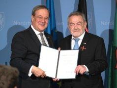 Leonid Goldberg (re.), Vorsitzender der Jüdischen Kultusgemeinde Wuppertal, wurde jetzt von NRW-Ministerpräsident Armin Laschet das Bundesverdienstkreuz verliehen. (Foto: © Land Nordrhein-Westfalen)