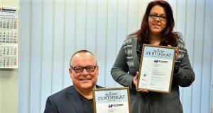 Freuen sich über die Zertifizierung: Wolfgang Sinkwitz und Scarlett Georgiadis (Büroleitung) vom Lernzentrum. (Foto: © Martina Hörle)