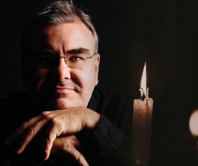Der Solinger Arzt, Autor und Liedermacher Dr. Christoph Glumm lädt zu einem Lieder- und Leseabend bei Kerzenlicht ein. (Foto: © Dr. Christoph Glumm)