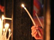Die Aktion #lichtfenster soll dazu anregen, an jedem Freitag bei Einbruch der Dämmerung ein Licht gut sichtbar in ein Fenster zu stellen - als Zeichen des Mitgefühls für die Opfer von Corona. (Symbolfoto: © Bastian Glumm)
