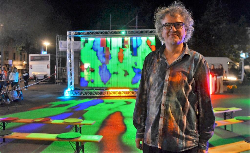 """Frank Göllmann, künstlerische Leiter des Licht-Kunst-Festes, zeigte auf dem Marktplatz seine Videoinstallation """"Colourfalls"""". (Foto: © Martina Hörle)"""