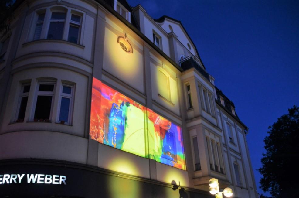 An zwei Lichtstationen wurden die Werke der Künstler auf die Fassaden projiziert. (Foto: © Martina Hörle)