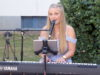 Musikerin Luisa Skrabic präsentierte am Freitag ein einstündiges Hofkonzert in der Hasseldelle. (Foto: © Bastian Glumm)