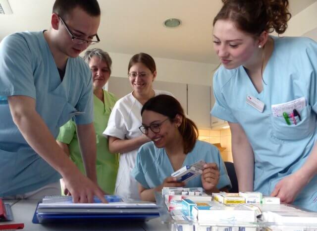 Sechs Tage sind die angehenden Krankenpfleger der St. Lukas Klinik verantwortlich für die neurologische Station und lernen den Arbeitsalltag noch einmal auf eine ganz neue Art und Weise kennen. (Foto: © Kplus Gruppe)