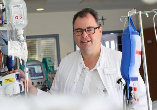 Dr. Hans-Ulrich Giesen ist Chefarzt der Anästhesie, Intensivmedizin und Schmerztherapie der St. Lukas Klinik. Gemeinsam mit dem niedergelassenen Schmerztherapeuten Dr. Harald Bannies wird er am 6. Juni ein Expertentelefon zum Thema Schmerz anbieten. (Foto: © Kplus Gruppe)