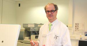 Professor Dr. Ulrich Mahlknecht ist Chefarzt der Onkologie und Hämatologie an der St. Lukas Klinik. Er ist vom Verfahren der Flüssigbiopsie überzeugt. (Foto: © Bastian Glumm)