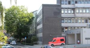 Der Rettungsdienst fährt die Lukas Klinik in Ohligs wieder an. (Archivfoto: © Bastian Glumm)