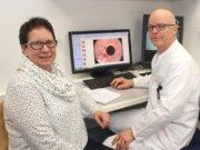 Vor 13 Jahren begab sich Ursel Steiniger in Behandlung bei Dr. Markus Meibert in der St. Lukas Klinik. Sie litt an einem Reflux, den der Chirurg operativ behandelte. Heute kann die 65-Jährige wieder lachen. (Foto: © Bastian Glumm)