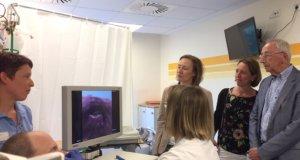 Bei der Demonstration des neuen Endoskops in der Lukas Klinik: v.l. Sandra Haupt (Logopädin), FOÄ Neurologie Christina Boettcher, Uta Kühne, Anja Klöfkorn und Ulrich Bohle (alle Vorstand Elisabeth-Birkhofen-Stiftung). (Foto: © Kplus Gruppe)