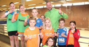 Daumen hoch! Ex-Profi Max Ramota und einige ganz besonders begeisterte Kids des Ostercamps in Aufderhöhe. (Foto: © B. Glumm)