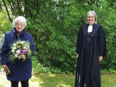 Pfarrerin i.R. Luise Melchior (li.) und Superintendentin Dr. Ilka Werner (v.l.) freuen sich mit Corona-Abstand über 50 Jahre Ordination. (Foto: © Klaus Diederich)