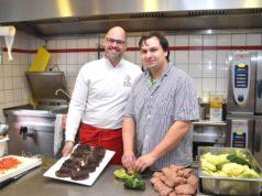 Rudolf Jacobs (li.) ermöglicht Lukas Kallen eine betriebliche Einzelumschulung zum Fleischer. (Foto: © Agentur für Arbeit)