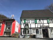 Nach dem Einbruch in die Sparkassen-Filiale steht den Burgerinnen und Burgern seit Dienstag direkt an der Geschäftsstelle ein mobiler Geldautomat zur Verfügung. (Foto: © Stadt-Sparkasse Solingen)