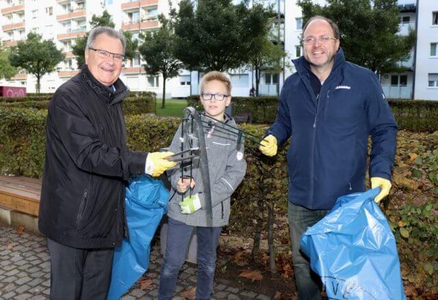 Sammelten am Samstag Müll: Bürgermeister Ernst Lauterjung (li.) gemeinsam mit Torsten Küster und Sohn. (Foto: © Bastian Glumm)