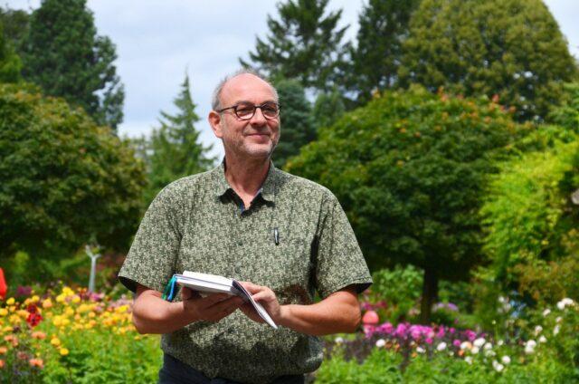 Bei der zweiten Bergischen Nachhaltigkeits-Wanderung führte Armin Tofahrn seine Zuhörer durch das anschauliche Gelände des Botanischen Gartens. (Foto: © Martina Hörle)