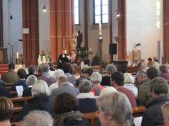 Rund 250 Menschen kamen am Freitagabend in die Clemenskirche, um dort den Eröffnungsgottesdienst anlässlich der 4. Solinger Krichennacht zu feiern. (Foto: © Bastian Glumm)