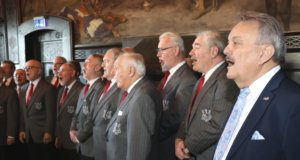 """Die Männer der """"Wupperhofer"""" gaben auf dem Neujahrsempfang der Bezirksvertretung Burg/Höhscheid einiges Liedgut zum Besten. Auch Bezirksbürgermeister Axel Birkenbeul (re., SPD) sang kräftig mit. (Foto: © Bastian Glumm)"""
