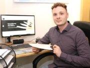 Der 23-jährige Niklas Rottner bietet auf seiner Homepage klassische Solinger Stahlwaren zum Verkauf an. Kunden hat er bereits auf der ganzen Welt. (Foto: © Bastian Glumm)