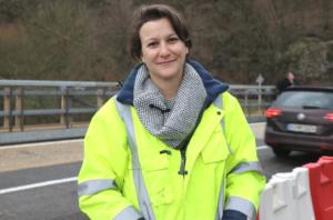 Nina Lajios von den Technischen Betrieben Solingen (TBS) ist Projektleiterin für die Arbeiten an der Wupperbrücke zwischen Solingen und Leichlingen. (Foto: © Bastian Glumm)