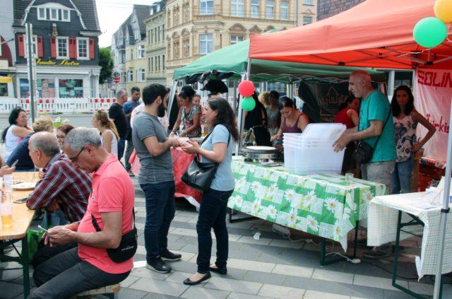 Am Samstag lockte das 11. Nordstadtfest zahlreiche Besucher auf den Rathausplatz. Dort präsentierte sich der Stadteil von seiner Schokoladenseite. (Foto: © B. Glumm)