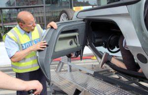 Ulrich Schmidt von der Polizei gab beim Überschlagsimulator wichtige Hinweise, wie man sich bei einem Unfall richtig verhält. (Foto: © B. Glumm)
