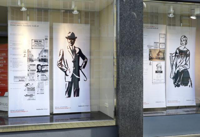 In den Schaufenstern des ehemaligen Wohn- und Geschäftshauses der Familie Davids an der Düsseldorfer Straße 40 ist die Ausstellung
