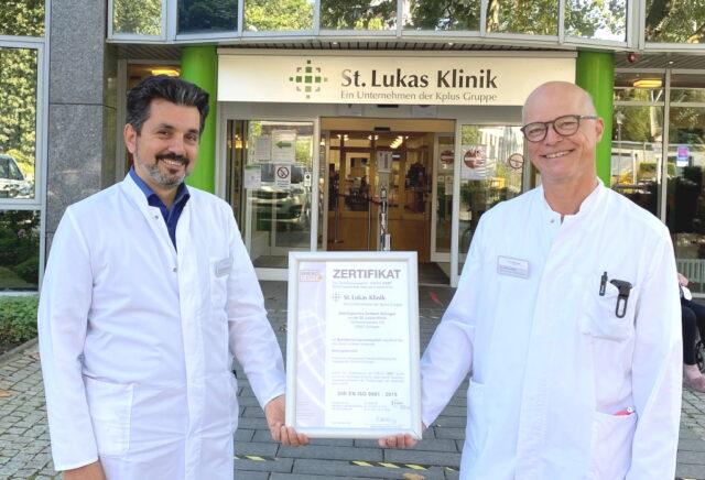 Freuen sich über die erfolgreiche Re-Zertifizierung und die Bestätigung der Qualität im Onkologischen Zentrum der St. Lukas Klinik mit den Organzentren für Darm und Pankreas: Onkologie Dr. Mustafa Kondakci und Chirurg Dr. Markus Meibert (re.). (Foto: © Cerstin Tschirner/Kplus Gruppe)