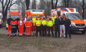 Die Mitarbeiterinnen und Mitarbeiter von Feuerwehr und Hilfsorganisationen vor ihren Fahrzeugen heute in Düsseldorf. (Foto: © Feuerwehr Solingen)