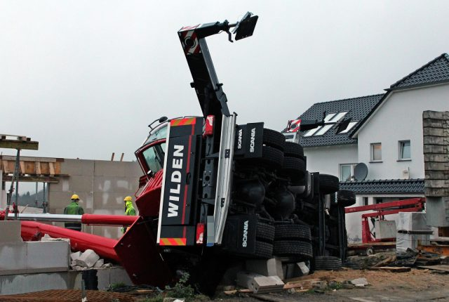 Am Pfaffenberger Weg kippte gestern ein Spezialkran um und krachte in einen Rohbau. Verletzt wurde niemand. (Foto: © Das SolingenMagazin)